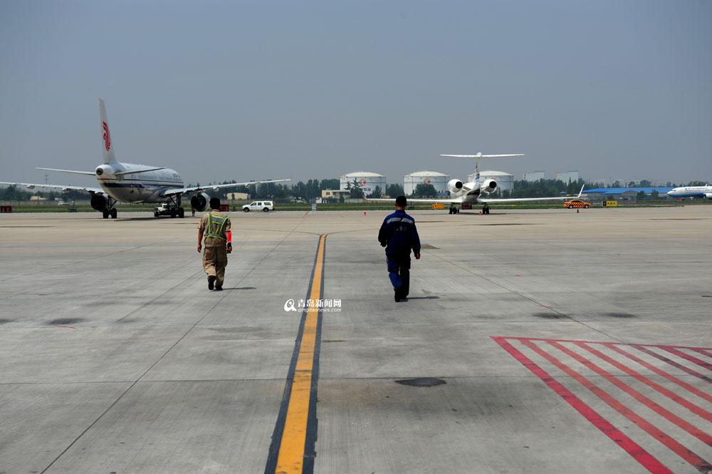 飞机降落前,接机人员和放行人员进行地面检查