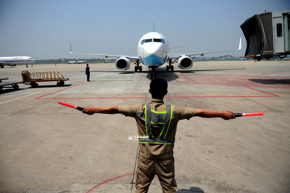 高清:实拍青岛机场飞机检修全程 差错零容忍