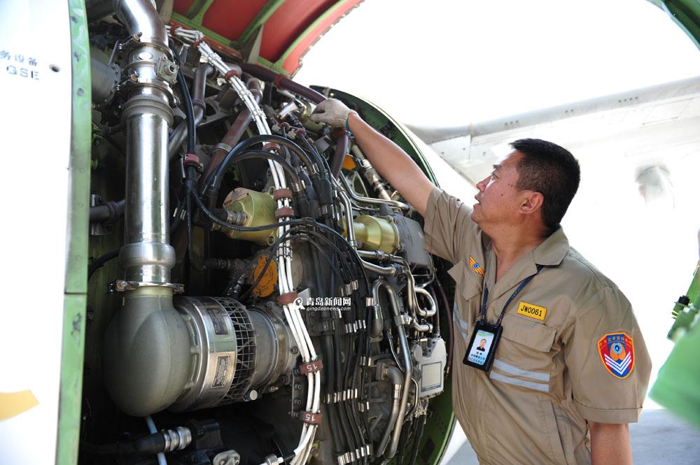 工作人员根据每架飞机的工作单进行检查维护