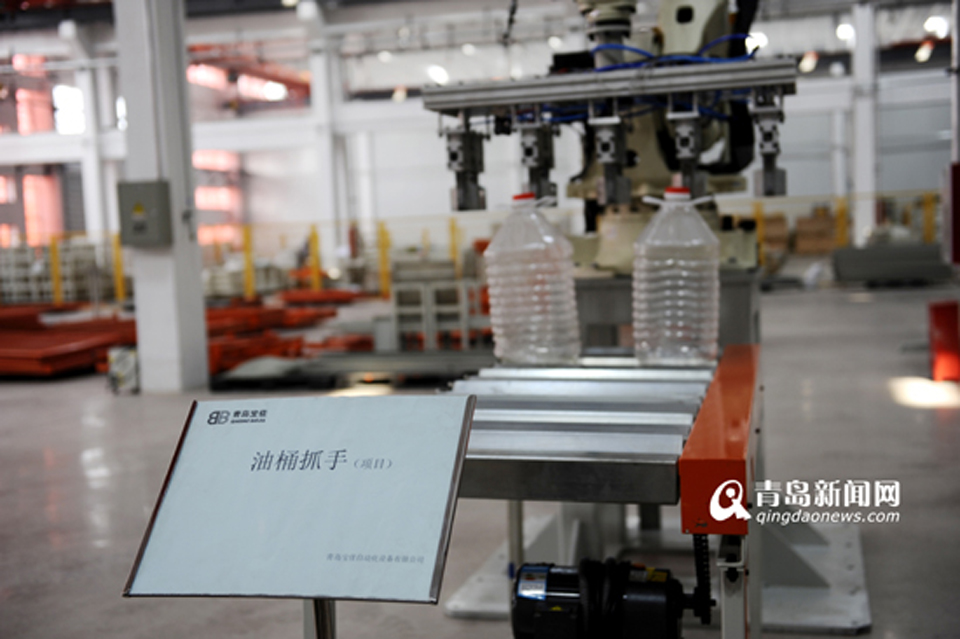 青岛宝佳自动化设备有限公司生产的油桶抓手