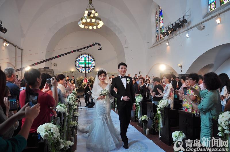http://www.qingdaonews.com/images/attachement/jpg/site1/20150701/0019d213df3216fd9c3002.jpg /enpproperty-->  青岛新闻网讯 6月30日下午,首个全国西式教堂婚礼行业标准模板由青岛制造完成。受民政部所属中国社会工作联合会和中国婚姻文化联合会委托,青岛市婚庆礼仪行业协会、南京罗曼庭文化传媒有限公司联合制定完成了首个中国西式教堂婚礼标准,并在拥有百年历史的青岛江苏路基督教堂进行婚礼标准模板实景