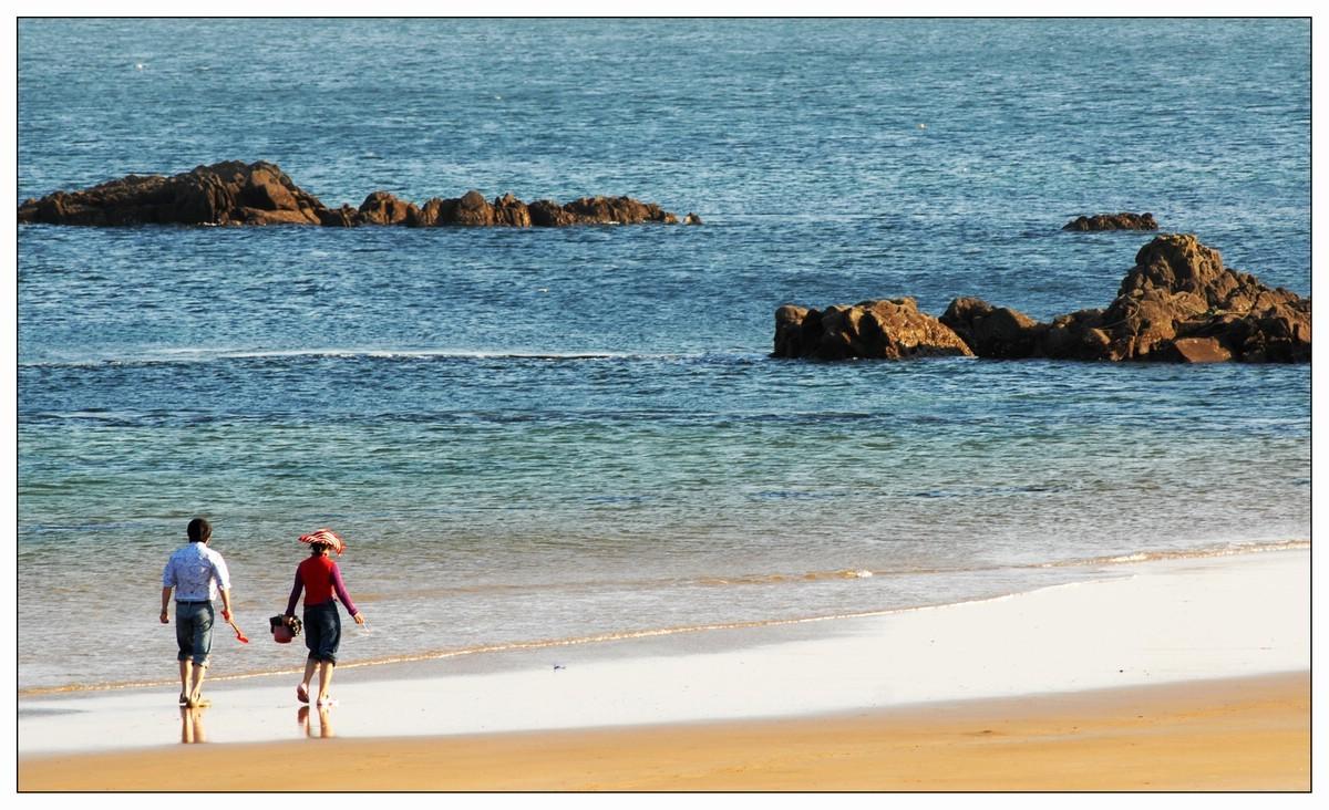 http://www.qingdaonews.com/images/attachement/jpg/site1/20151102/a0b3cc6b324917a1664200.jpg /enpproperty--> 十一月,在青岛来说温度刚刚好,成为出游和赏秋的最佳时节。深秋时节,五彩斑斓的景色会让你遇见青岛西海岸最美的秋季。 十一月的西海岸,有艳丽的红叶、金黄的落叶、苍翠的树林、幽静的小径、碧波荡漾的大海等如诗画般的美丽秋色。 1 最迷人金沙滩    金沙滩有青