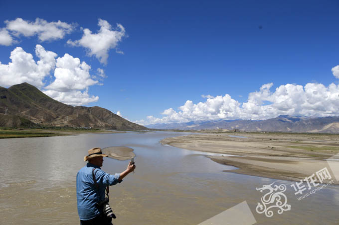 雅鲁藏布江的壮美让采访团记者一行流连忘返. 特派记者 李文科 摄