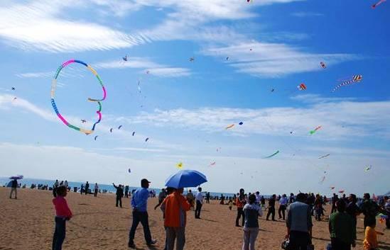 幼儿春游放风筝图画