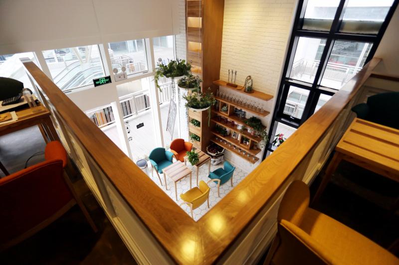 地处餐饮店面众多的商场地段,由于其清新简约的店面设计大大区别与