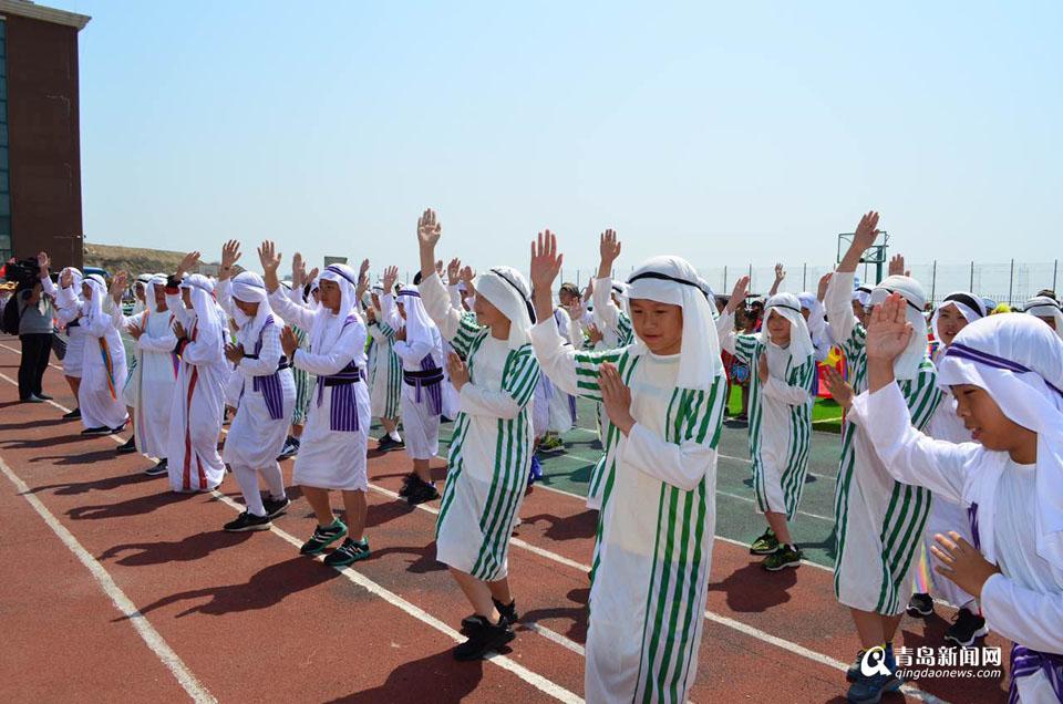 学校的小学生们身着海上丝绸之路沿线各个国家不同的服饰,创意入场.图片