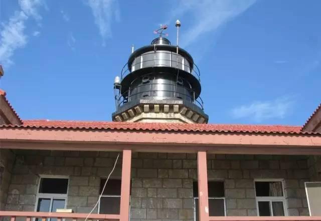 1898年12月20日,朝连岛灯塔建成使用,这是青岛海域中第一座灯塔.
