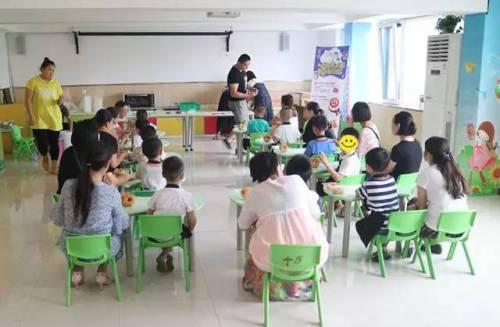 """合作的""""关爱自闭症儿童""""烘焙公益课堂活动,在青岛以琳特教幼儿园顺利"""