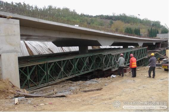 2014青岛世园会园区配套工程1号桥工程自2012年5月份开工以来,积极组织施工,为确保桥梁外观与内在质量,在施工过程中,严格加强质量控制,做好细部处理,目前,1号桥主体结构已全部施工完成,共计完成桩基10颗,完成墩柱4颗,完成桥台2座,完成现浇桥面板1联5跨。现1号桥上部结构支架已拆除完成,现场材料已清理完成。