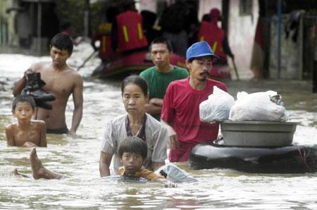 雅加达再度遭遇水灾 数十万人无家可归