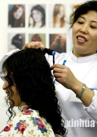 """为迎接农历羊年的到来,北京四联美容美发中心推出""""羊年烫理羊发型""""的图片"""