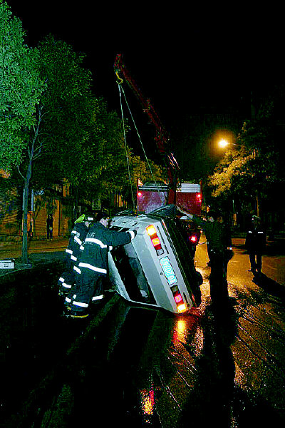 桑塔纳轿车因车速过快,从宁夏路向徐州路方向右转时,撞上一棵高清图片