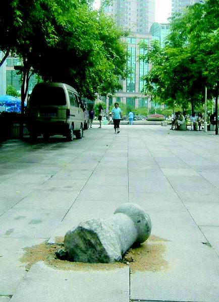 """的五四广场上的地面都快被擅自闯入广场的汽车轧坏了!""""昨天,高清图片"""