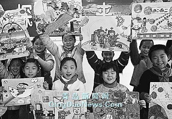 科技节上小学生展示自己绘制的航天飞行科学幻想图画高清图片