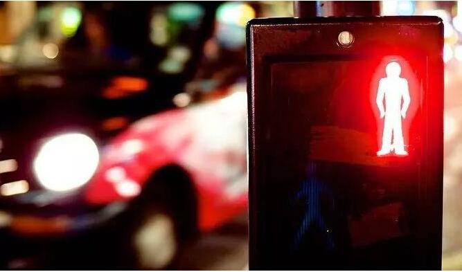 「证券配资」中国女子在悉尼闯红灯被击毙?辟谣:只是电击枪